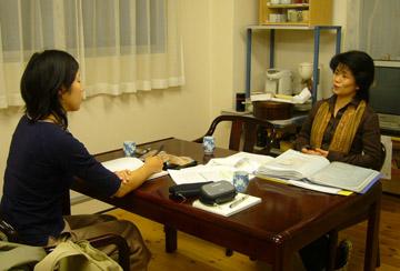 Interviewer Izumi NIKI (left) and Ms. Naoko TAKAYAMA (right)