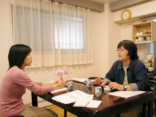 Interviewer Izumi NIKI(left) and Ms.Midori ITO(right)